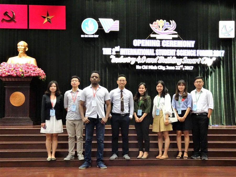Ông Phan Xuân Thắng - PGĐ phụ trách PUF - IFI cùng các học viên IFI và sinh viên Đại học Quốc gia Hà Nội tham dự Diễn đàn